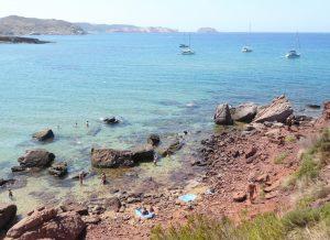 Bañistas en la zona rocosa de Cavalleria