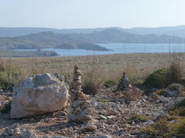 Montoncitos de piedras en los alrededores del faro de Cavalleria