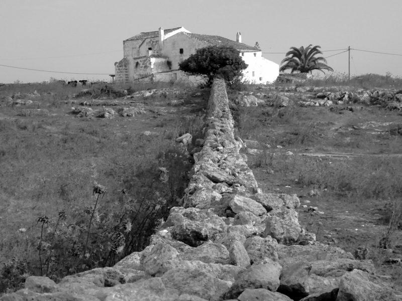 Muro de Paret Seca hacia una finca