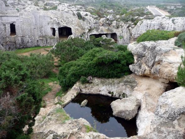 Jacuzzi improvisado en la entrada de una cueva.