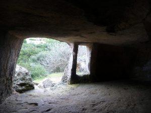Vista desde el interior de una cueva de la Necrópolis.