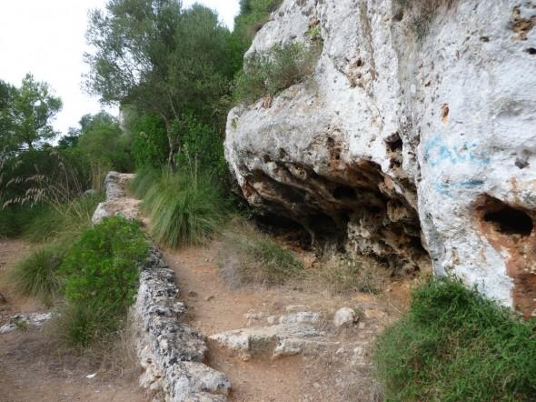 Acceso a la Cova des Coloms (fíjate en el grafiti azul)