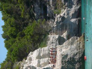 Salto desde los acantilados de Cala Mitjana