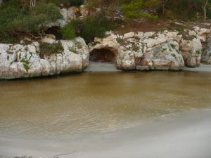 Cueva en la desembocadura de Trebalúger
