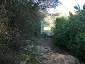Valla intermedia del camino de acceso al poblado