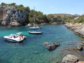 Barcos fondeados en Cales Coves - P1000400