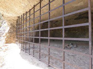 Cueva cerrada con una Verja en Cales Coves - P1000419