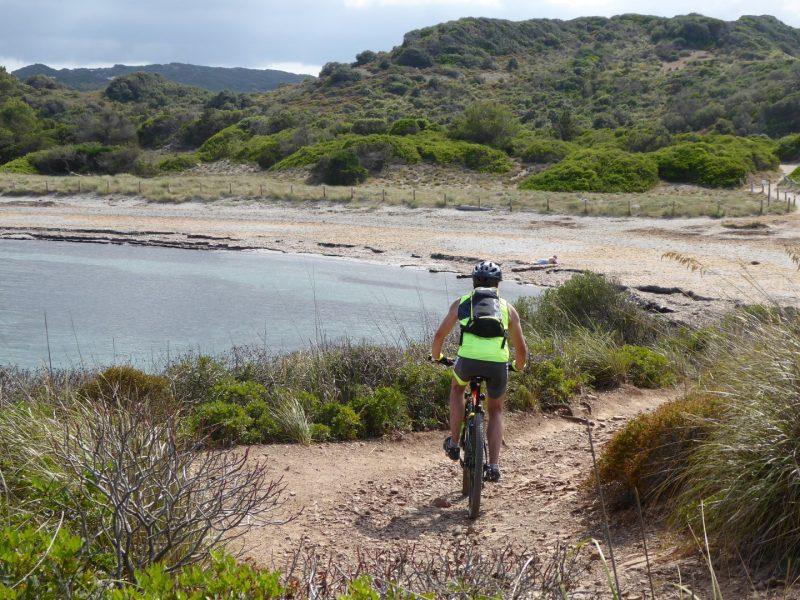 Mountain bike en el Camí de Cavalls hacia Es Grau - P1020602