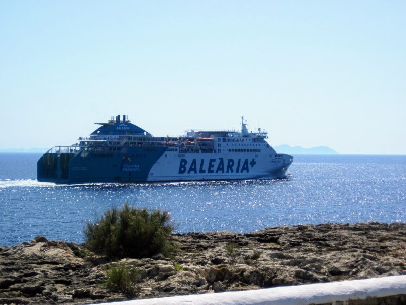 Balearia pasando por Calan Blanes