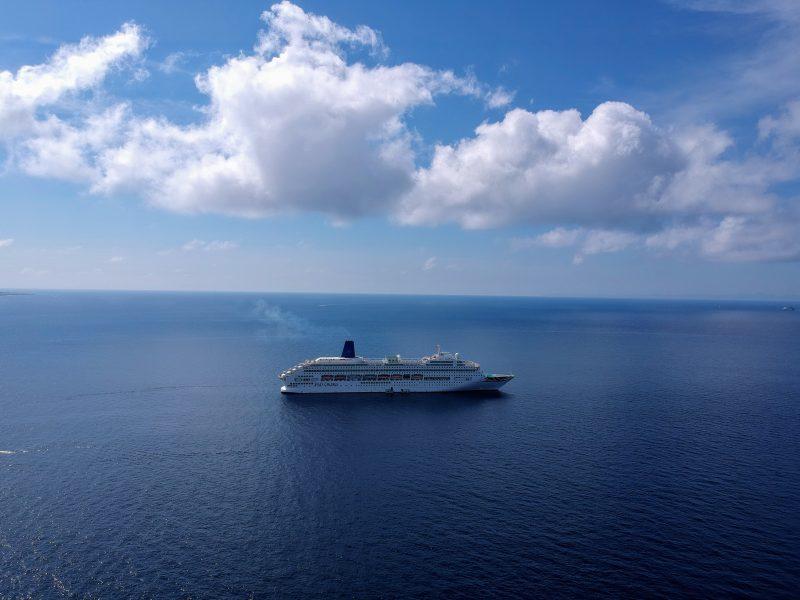 Crucero delante de Cala en Blanes